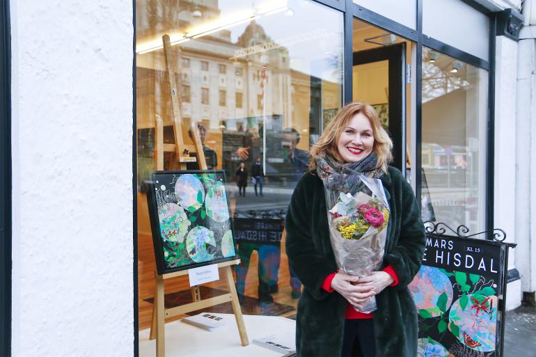 Trude Hisdal like før utstillingsopninga i Kunsthuset Wendelboe.